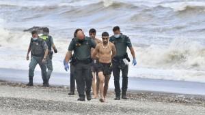 Hunderte Menschen versuchen spanische Exklave Ceuta zu erreichen