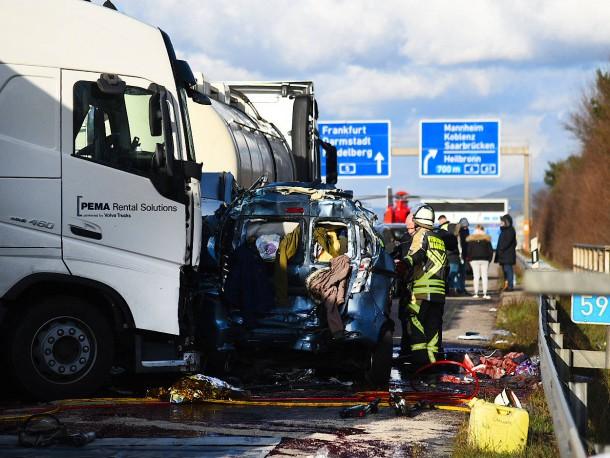 Bild zu: Baden-Württemberg: Schwerer Verkehrsunfall auf A5 reißt ...
