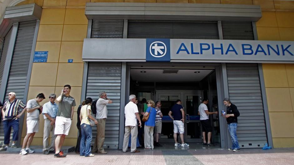 """Vor einem Jahr gab es noch einen """"Run"""" auf die Banken, denen die Griechen nicht mehr vertrauten."""