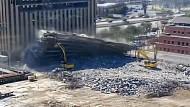 Parkhaus stürzt bei Abriss auf Bagger