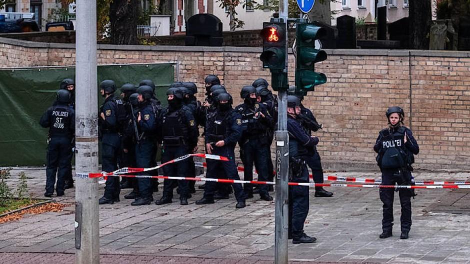 Polizisten in der Nähe der Synagoge in Halle