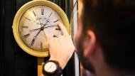 Auch in einem Uhrenmuseum in London wurde um eine Stunde vorgestellt.