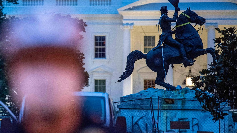 Demonstranten wollen Präsidenten-Statue stürzen