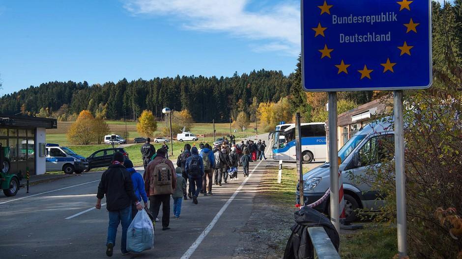 Flüchtlinge laufen über eine Brücke zwischen dem österreichischen Hanging und dem deutschen Wegscheid Richtung Deutschland (Archivbild)