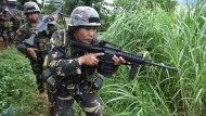 Rebellen stürmen Dörfer und Schulen