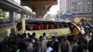 Bus stürzt in Kairo in Nilkanal