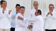 Juan Manuel Santos (Mitte) nach der Unterzeichnung des Friedensabkommens mit dem Rebellen-Führer Timochenko im September