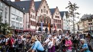 """Radfahrer verschaffen sich Gehör: In Frankfurt fordern sie auf einer vom ADFC organisierten """"Bike-Night"""" mehr Platz auf den Straßen."""