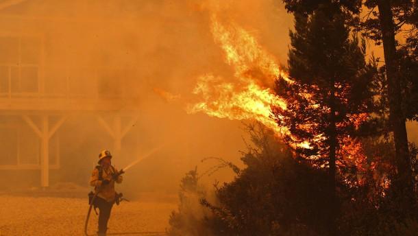Flammen vertreiben 120.000 Menschen aus ihren Häusern