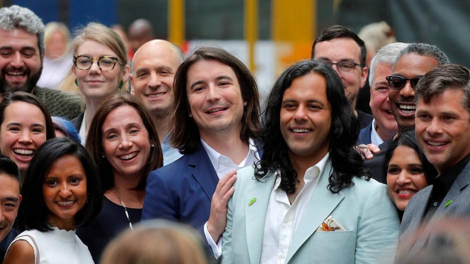 Die beiden Robinhood-Gründer Vlad Tenev und Baiju Bhatt posieren auf dem Times Square nach der Börseneinführung ihres Unternehmens.