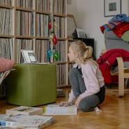 Glück gehabt: Homeschooling 2021 mit dem Laptop im Wohnzimmer.