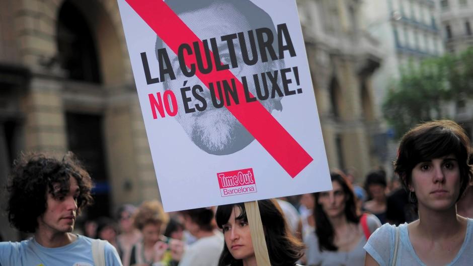 """""""Kultur ist kein Luxus"""": Junge Demonstranten protestieren gegen die drastischen Einsparungen im Kulturbereich"""