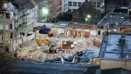 Nach dem Einsturz: Unter Flutlicht arbeiten Rettungskräfte in den Trümmern des Archivs.