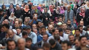 """""""Sie stehen nicht allein"""": Muslime versammeln sich zum Freitagsgebet vor der Berliner Mevlana-Moschee"""