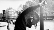 """Paris, Mai 1968: """"Mit der Revolte der Sechzigerjahre gewann zum ersten Mal eine subversive Lust am Widerspruch, ein Prinzip der Negativität etwas an Raum, ohne in kürzester Zeit wieder weggesperrt zu werden"""", schreibt Willi Jasper in seiner Studie """"Der gläserne Sarg""""."""