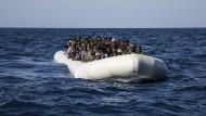 Die Pflicht zur Rettung von Menschen in Seenot entspricht laut Wissenschaftlicher Dienste Völkergewohnheitsrecht.