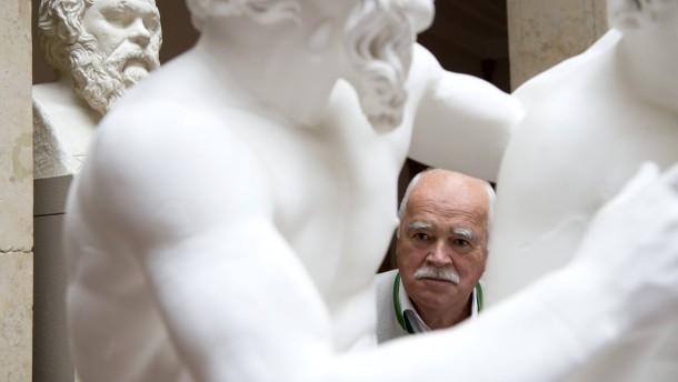 Peter Gauweiler - Der CSU-Politiker steht zwischen der Statuen des Museums für Abgüsse Klassischer Bildwerke in München.