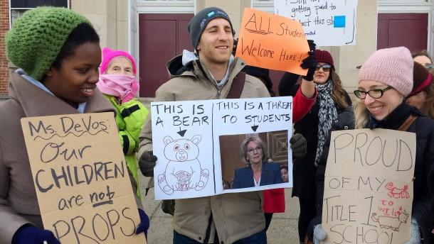Demonstranten schlagen Bildungsministerin in die Flucht