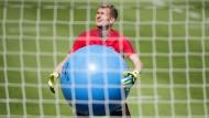 Nur nicht verheben: Eintracht-Torwart Lukas Hradecky versucht sich an einem ganz großen Ball.