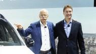 Ola Källenius (r) löst Dieter Zetsche an der Konzernspitze von Daimler ab.