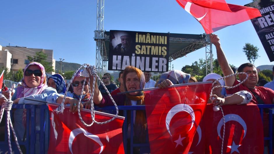 Die Gräben sind tiefer denn je: Pro-Erdogan-Demonstranten wollen den Galgen für die Befürworter des Putschversuchs vor einem Jahr.