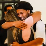 Ronaldinho umarmt eine Bekannte nach seiner Ankunft in dem Hotel, wo er nun unter Hausarrest steht.