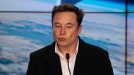 Tesla-Chef Elon Musk bei einer Pressekonferenz im Kennedy Space Center in Folirda