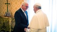 Scheinen sich zu verstehen: Bundespräsident Frank-Walter Steinmeier wird zu Beginn seiner Privataudienz von Papst Franziskus im Vatikan begrüßt.
