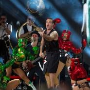 Rock DJ: Robbie Williams und sein Entourage holen im Waldstadion zum nächsten Hit aus.