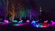 """Tierische Kulisse: Die Pferde-Silhouetten sind während der """"Winterlichter""""-Schau bis zum 21. Januar zu sehen."""
