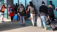 Flüchtlinge kommen 2015 am Hauptbahnhof in Rostock an.