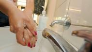 Übertrieben häufiges Händewäschen aus Angst vor Keimen ist eine typische Zwangsstörung.