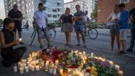 Unfassbare Tat: Nach dem Mord an einer jungen Mutter versammeln sich Passanten am Tatort in Malmö.