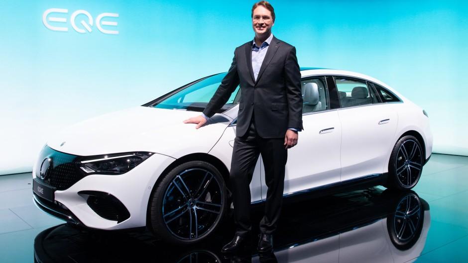 Auf dem Weg in die Elektromobilität: Vorstandsvorsitzender Ola Källenius zeigt einen neuen Mercedes-Benz.
