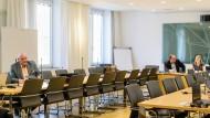 Bergmüller im Sitzungssaal der AfD, dahinter die Fraktionsvorsitzenden Plenk und Ebner-Steiner