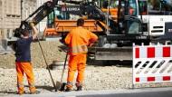Gut beschäftigt: Zwei Bauarbeiter auf einer Baustelle in Bayern.