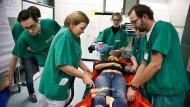 Medizinstudenten im praktischen Jahr trainieren unter Anleitung die Erst-Behandlung eines Notfall-Patienten an der Universitätsklinik in Mainz.