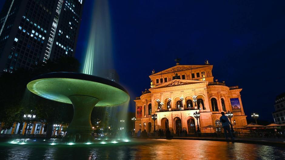 Die Alte Oper in Frankfurt und im Vordergrund der Lucae-Brunnen.