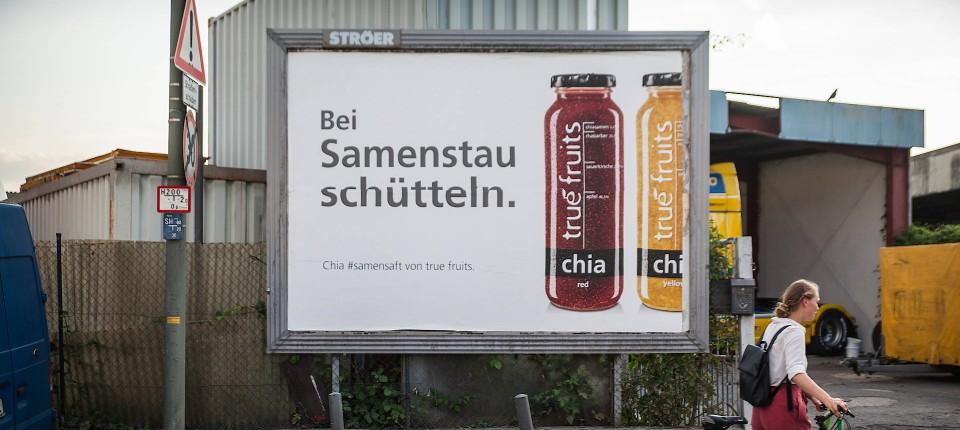 der smoothie hersteller truefruits spielt auf seinen plakaten mit der provokation