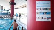Im Frankfurter Rebstockbad hängen die neuen Baderegeln prominent in der Schwimmhalle.