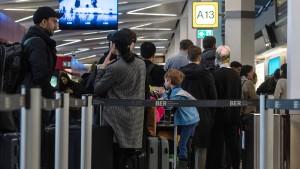 Warnstreiks an Berliner Flughäfen am Montag