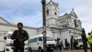 Sicherheitskräfte sperren nach den Explosionen eine katholische Kirche in Colombo ab.