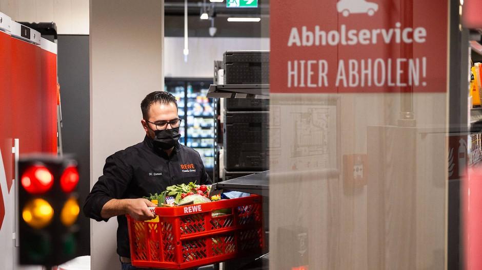 Schneller einkaufen: Auch im Rewe-Markt im neuen Quartier Gateway Gardens am Frankfurter Flughafen können Kunden Online-Bestellungen abholen.