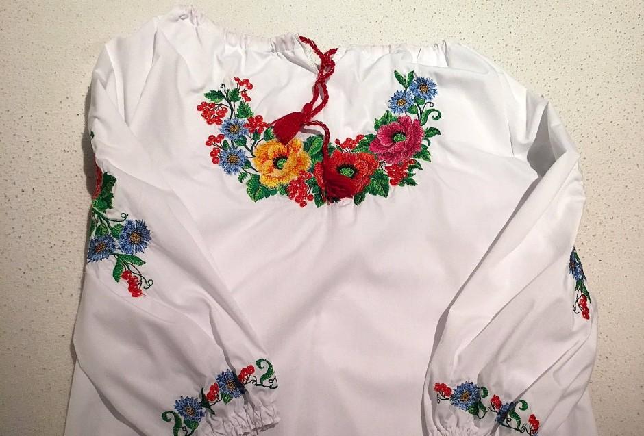 Von der Leihmutter in der Ukraine bekamen Melanie nicht nur das Kind. Sie schenkte auch noch eine mit Blumenmotiven bestickte Bluse.