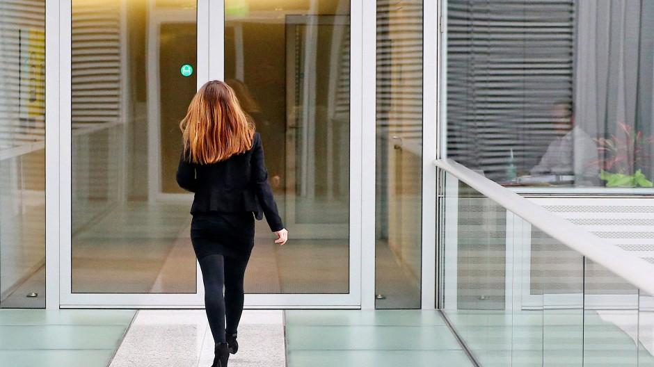Seitdem CDU und CSU ihren Widerstand aufgegeben haben, kommt nun eine Frauenquote auch für die Vorstände großer Konzerne.
