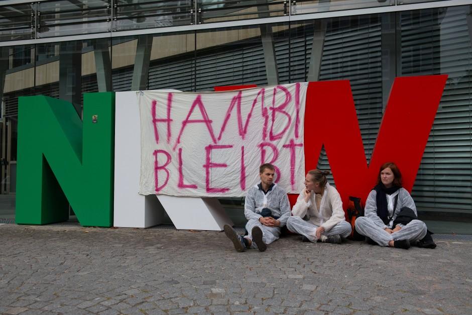 """""""Hambi bleibt"""" steht auf dem Transparent an der Landesvertretung von Nordrhein Westfalen. Rund 20 Demonstranten haben das Foyer besetzt."""