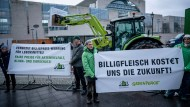 Aktivisten der Arbeitsgemeinschaft bäuerliche Landwirtschaft und der Umweltschutzorganisation Greenpeace protestieren vor dem Bundeskanzleramt.