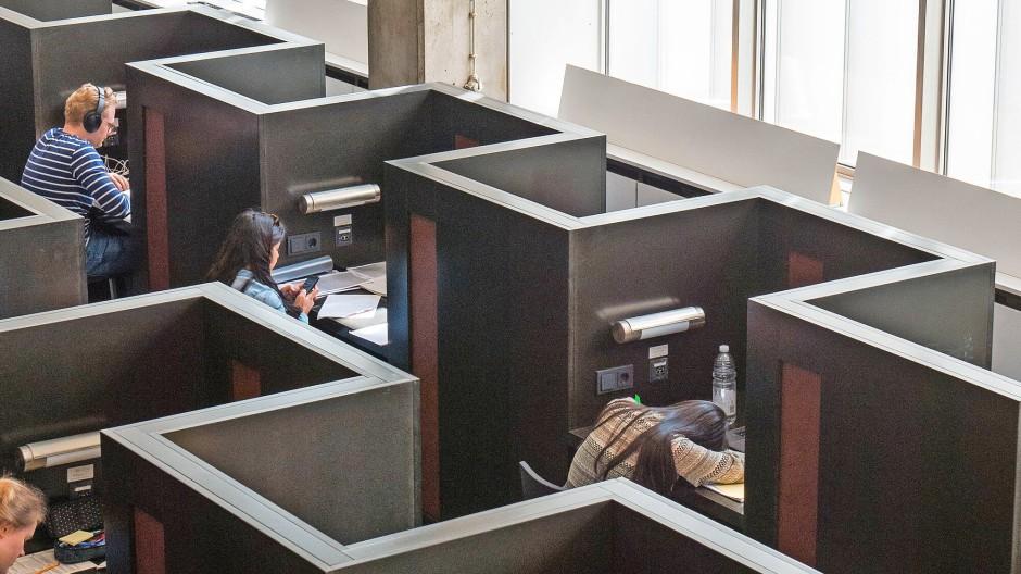 Architektonisch auf Abstand: Studenten in der Frankfurter Universitätsbibliothek
