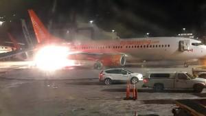 Flugzeugheck gerät nach Zusammenstoß in Brand