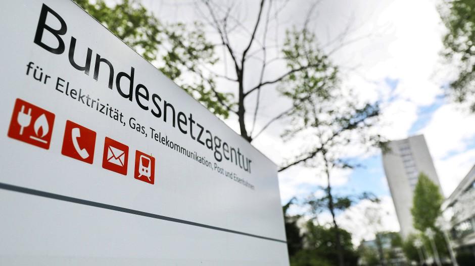 Ein Schild vor dem Sitz der Bundesnetzagentur. 17.05.2021, Bonn, Nordrhein-Westfalen.